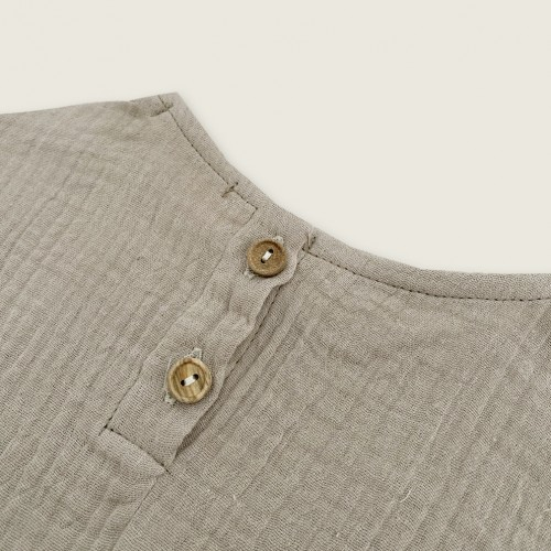 Camisa muselina color taupe detalle